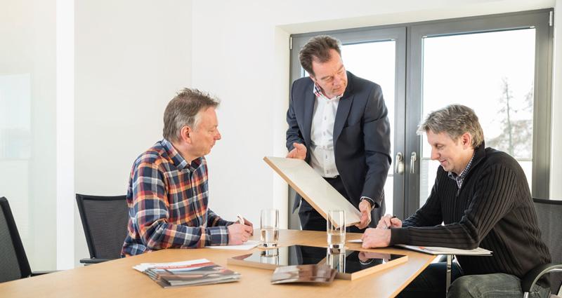 O gerente Hanno Baumann (centro) conduz a empresa familiar em terceira geração. O coração do PCG Group bate em nossa sede na cidade de Detmold.