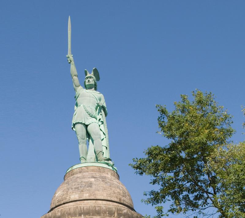 O Hermanns-Denkmal (monumento a Hermann (Arminio) é o ponto de referência de Detmold.